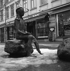 Oraklet (rotabaga) Tags: sverige sweden svartvitt göteborg gothenburg lomo lomography lubitel166 mediumformat mellanformat 120 6x6 diy fomapan twinlens