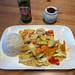Curry mit Gemüse wie Zucchini, Champignons und Tomaten mit Reis und chinesischem Tsingao Bier