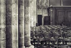 Cinq photos argentiques pour essayer - III/V : la rencontre improbable... (Stéphane Désiré) Tags: gent personne noiretblanc monochrome église chaise colonne cathédrale portrait