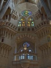 La Sagrada Família. (svet.llum) Tags: barcelona catalunya cataluña gaudí arquitectura interior escultura catedral iglesia sagradafamilia