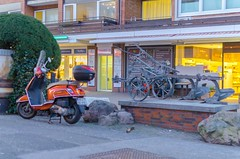 Nach Italien! - Vespa am Niendorfer Markt (Tibarg), Hamburg (bjoernpasold) Tags: rot vespa motorroller 2019 februar tibarg markt niendorf hamburg