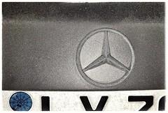Frostige Zeiten für Autobauer MIT Fake Motoren. Mercedes hat billige Renault Motoren eingebaut. Saubere Eigenentwicklungen hat man im Regal versteckt. Dem Kunden hat man das verschwiegen. (eagle1effi) Tags: s7 mercedes fake motoren renault frostig mercedesstern onexplore explored inexplore best500ofaday sign emblem ci tripointedmercedesstar dreizackigermercedesstern symbol eisig gefroren 175