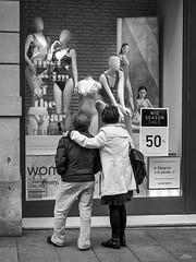 El primer baño del año (vitometodio) Tags: thefirstswimoftheyear elprimerbañodelaño streetphoto streetphotography bnw bnwcity bnwlife bnwworld urbanphotography fotografiaurbana streetshots street fotodecalle streetphotobw calle blancoynegro urbanstreet streetart blackandwhite bnwpeople bnwphoto streetshot olympus blackandwhitephotography vitometodio olympusomdem5markii olympusmzuikodigitaled1240mmf28