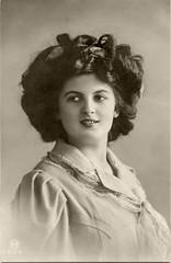 Mannequin (Vorführdame) von 1910 (zimmermann8821) Tags: damenfrisur damenmode frisur haarband kleid mode deutscheskaiserreich deutschesreich atelierfotografie gruskarte mannequin model postkarte vorführdame