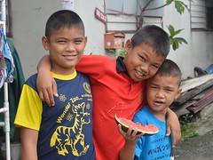 brothers with watermelon (the foreign photographer - ฝรั่งถ่) Tags: two brothers friend khlong lard phrao portraits bangkhen bangkok thailand nikon d3200