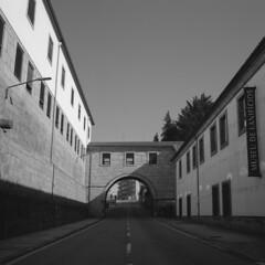 Passing by the university (lebre.jaime) Tags: portugal beira covilhã hasselblad 500cm distagon c3560 ilford fp4 iso125 analogic film 120 film120 middleformat mf 6x6 squareformat pb pretobranco blackwhite bw noiretblanc ptbw epson v600 affinity affinityphoto street university