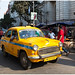 Een traditionele gele taxi in Calcutta - Kolkata in India ...