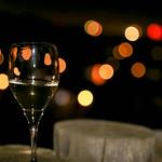 Champagnerglas zu Neujahr mit Bokeh-Lichtern auf dunklem Hintergrund thumbnail