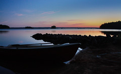 Schweden 08 211-1 (Andre56154) Tags: schweden08 schweden sweden sverige see lake himmel sky wasser water ufer sonnenuntergang sunset abendrot afterglow boot boat strand beach