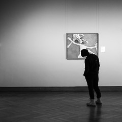 Art Perspective (CoolMcFlash) Tags: art museum picture candid person humor pose artwork fujifilm xt2 kunst ausstellung bild kunstwerk fotografie photography bw bnw blackandwhite blackwhite monochrome sw schwarzweis xf35mmf14 r