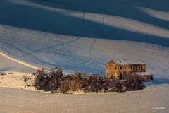 Marche - vecchio casolare (luigi.alesi) Tags: 201901gennaio marche italia italy macerata san severino paesaggio landscape scenery rurale rural casolare old farm house inverno winter neve snow luce light ombre shadows campagna countryside nikon d7100 raw tamron sp 70300