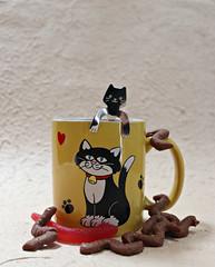 2019 Sydney: Black Cat + Lollies (dominotic) Tags: 2019 coffeeobsession food drink curlywurlysquirlies redsnake confectionery chocolate foodphotography yᑌᗰᗰy catspoon blackcatcoffeemug sydney australia