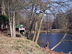Winkworth Arboretum (Tony's Trains and Buses) Tags: winkworth arboretum spring nationaltrust boathouse