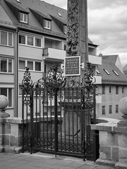 20190307_124414_Leica_MP_1105870.jpg (RD B) Tags: schwarzundweis facade stillleben brücke statue leicamptyp240 leicaaposummicronm50mmf20asph blackandwhite bridge nuremberg bavaria germany de