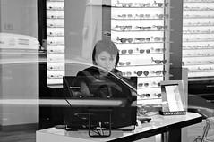 A travers la fenêtre de Paris (Franco & Lia) Tags: street photographiederue fotografiadistrada throughthewindow àtraverslafenêtre paris parigi france francia noiretblanc biancoenero blackwhite schwarzundweiss blackdiamond
