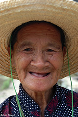 La sonrisa de una abuela - Yangshuo (Gabriel Bermejo Muñoz) Tags: yangshuo guangxi china asia asian chinese chino travel gabrielbermejomuñoz mirada look asiatico portrait retrato people gentedelmundo peopleoftheworld ancient anciana asianpeople asiapeople cara face expression expressive expresivo elderly vieja older oldwoman expresion grandmather grandmad arrugas wrinkles indigena indigenous nativo native campesina peasant country countrywoman campo rural tradition sombrero hat mujer woman old personalidad personality traditional tradicional folklore rurallife abuela abuelita pobre poor femme lady smiling happy feliz rostro smile risa sonrisa