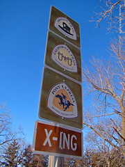 Trail Crossing Sign, 29 Dec 2018 (photography.by.ROEVER) Tags: kansas washingtoncounty trip roadtrip december 2018 december2018 hanover ponyexpress ponyexpressstation hollenbergponyexpressstation hollenbergponyexpressstationstatehistoricsite cottonwoodponyexpressstation oregontrail californiatrail historicsite history sign signs shieldsign usa