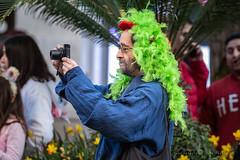El fotógrafo del carnaval (Juan Ig. Llana) Tags: bilbao bizkaia vizcaya carnaval desfile disfraz fotógrafo cámara peluca color verde gente