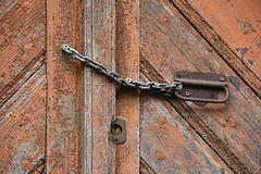 La chaine (Excalibur67) Tags: nikon d750 sigma globalvision contemporary 100400f563dgoshsmc porte bois serrure poignée chaine métal ancien vestiges acier