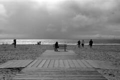 Retina Dreamin'  (FP4+) (Harald Philipp) Tags: california venicebeach beach surf sand clouds people bench boardwalk usa retinaiiic kodakretina fp4 schneiderkreuznach ilford kodak classiccamera foldingcamera rangefinder film monochrome analog bnw blackandwhite
