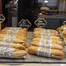 Rustikale Baguettes mit Iberico-Schinken, Serrano-Schinken und Käse & belegte Brötchen mit Thunfisch in einem spanischen Café am Camp Nou, Barcelona