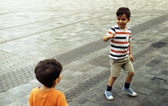 kids playing tag (viktor.rpprt) Tags: zenit12xp nürnberg analogue kodak film 35mm outdoor sightseeing city streetphotography colorplus200
