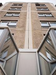 Der Plattenbau. / 06.04.2019 (ben.kaden) Tags: berlin berlinmitte weinmeisterstrase 1987 architekturderddr industriellerwohnungsbau plattenbau 2019 06042019