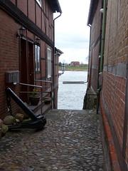 Blick auf die Elbe-view towards Elbe (Anke knipst) Tags: germany lauenburg elbstase street fachwerkhaus cobblestone kopfsteinpflaster halftimbred hochwasser flood