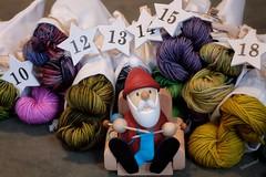 Gemütliche Weihnachtstage (Sockenhummel) Tags: weihnachtsmann santa stricken dekoration wolle yarn knitting weihnachten christmas fuji x30