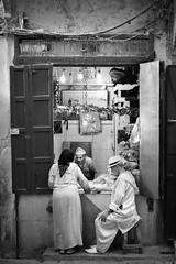 Maroc- medina - âpre discution (regis.grosclaude) Tags: discution boucher maroc morocco fez fes medina souk djelaba chapeau