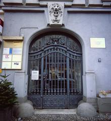 Eingangstür Berlin Kantstrasse 2.2.2019 (rieblinga) Tags: berlin kantstrase eingang haus tür wohnte rudolf diesel city west analog rollei 6008 fuji rdp ii diafilm e6