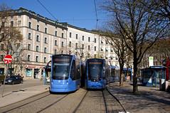 T1-Wagen 2804 begegnet am Ostbahnhof dem T4-Wagen 2502 (Frederik Buchleitner) Tags: 2502 2804 avenio baustellenlinie ersatztram linie31 munich münchen siemens strasenbahn streetcar twagen t1 t16 t4 tram trambahn