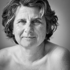 profondeur (fred9210) Tags: portrait regard profondeur monochrom people lady 85