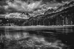 Lake of the three Peaks (M-Z-Photo) Tags: auronzodicadore provinzbelluno italien it dolomiten dreizinnen misurina misurinasee schwarzweis wolken alpen berge landschaft monochrome wald see