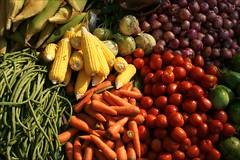 Yummilicious (*Kicki*) Tags: yummilicious food market marketday shopping bagan myanmar burma nyaungu pagan corn tomato carrot fresh vegetables kohlrabi colourful 50mm manisithumarket mandalay onion