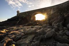 ♩ Sur le soleil exactement ♩ (Francois Le Rumeur) Tags: bridge light lumière sunset minou phare lighthouse bretagne france brittany finistère rock rocher galet nikon petit raylight