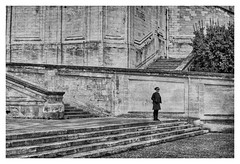 L'attente (Pascal.M (bong.13)) Tags: avignon people france vaucluse pierres noiretblanc blackandwhite provence sonyrx100 street