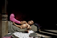 (Andrea Bernesco) Tags: nepal panauti leica leicam240 leica40summicron maternity maternita lightshadow lowlight baby mother