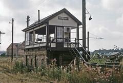 Banbury Merton Street signal box - 2 (TrainsandTravel) Tags: england angleterre standardgauge voienormale normalspur britishrailwayslondonmidlandregion buckinghamshirerailway banbury mertonstreet station oxfordshire