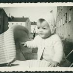 Archiv S414 Heidi mit ihrem Kinderwagen, 1950er thumbnail