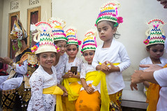 (kuuan) Tags: manualfocus mf voigtländer15mm cvf4515mm 15mm bali indonesia sonynex5n festival temple kids girls traditionaldress kebaya dancers