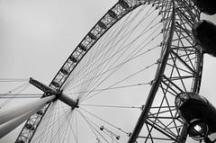 Bulbes (Atreides59) Tags: london eye londres england angleterre urban urbain grande roue granderoue manège ciel sky pentax k30 k 30 pentaxart atreides atreides59 cedriclafrance black white bw blackandwhite noir blanc nb noiretblanc