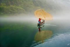 Fishing on Dongjiang (jgaosb) Tags: green jaygao dongjiang 东江湖 finshing net casting evening foggy fog mist river bank reflection fishing boat red yellow water