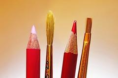 Plein feux sur Crayons et Pinceaux (Christian Chene Tahiti) Tags: canon 6d crayon craondecouleur pinceau dessin peinture coloriage couleur macro hardlight macrolens lumièrecrue polynésie jaune rouge orange rose tahiti paea