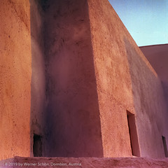 Sun on red Walls, Santorini, Greece (WernerSchoen) Tags: santorini greece europe red walls rot mauern nachmittag sonne sun thira kykladen cylades abendlicht film analog 6x6 yashica
