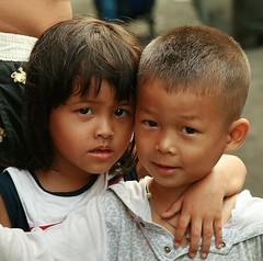 sister and brother (the foreign photographer - ฝรั่งถ่) Tags: sister brother khlong thanon portraits bangkhen bangkok thailand canon