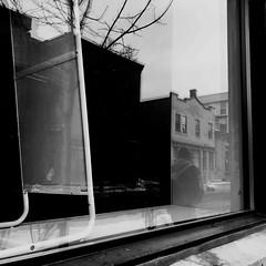 Traverser de l'autre côté... (woltarise) Tags: iphone7 streetwise montréal montroyal plateau hiver passant rue fenêtre reflets