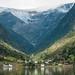 Glaciar, cachoeira, vila e fiorde no mesmo cenário