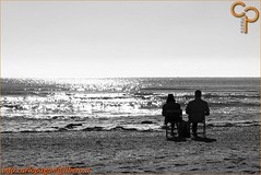 Attese... (Carlo Pagan_Photo) Tags: italia italy veneto chioggia sottomarina bianconero blackwhite spiaggia beach sole sun sabbia sand mare sea attese waiting allaperto outdoors acqua water cielo sky onde waves