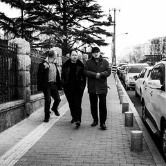 Band of brothers (Go-tea 郭天) Tags: qingdao shandong républiquepopulairedechine cn men together 3 team group old cold winter sun sunny shadow sidewalk walk walking pavement lines cars cap street urban city outside outdoor people candid bw bnw black white blackwhite blackandwhite monochrome naturallight natural light asia asian china chinese canon eos 100d 24mm prime